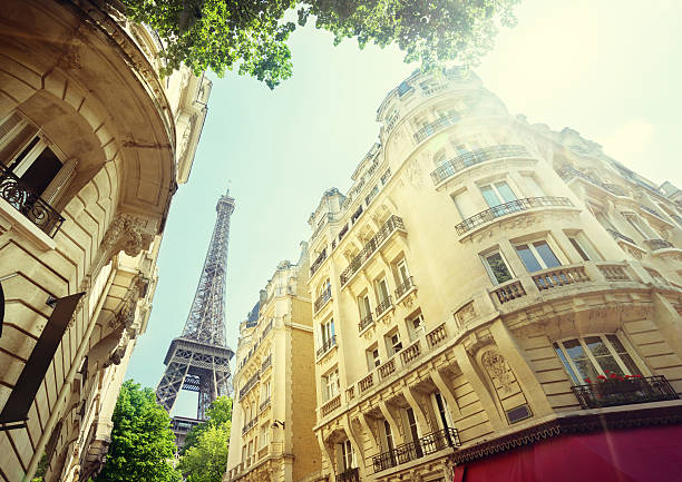gebäude in paris nahe dem eiffelturm - paris sommer stock-fotos und bilder