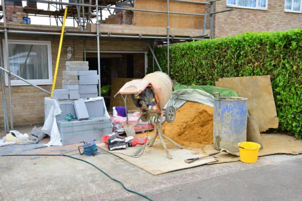 Baustoffe und Werkzeuge auf einer Baustelle im Vereinigten Königreich. – Foto
