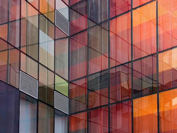 gebäude reflexion - farbiges glas stock-fotos und bilder