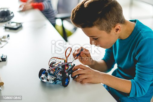 istock Building robotic car for school assignment 1086610840