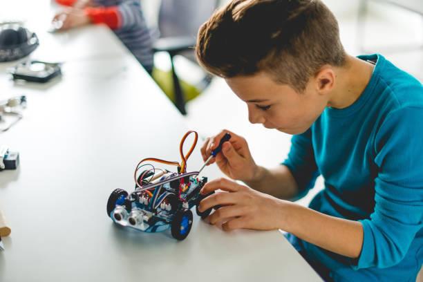 construcción de coche robótico para asignación escolar - robótica fotografías e imágenes de stock