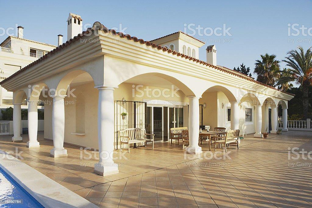 Edificio Con Columnas Y Muebles En La Terraza De La Piscina