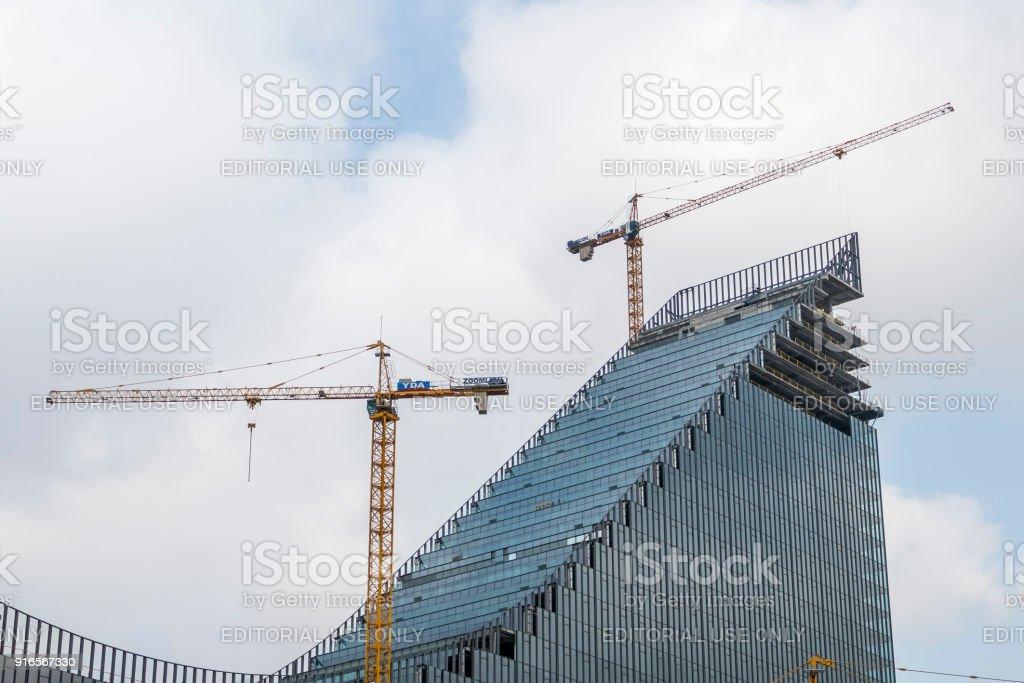 Vinçler ile bina stok fotoğrafı