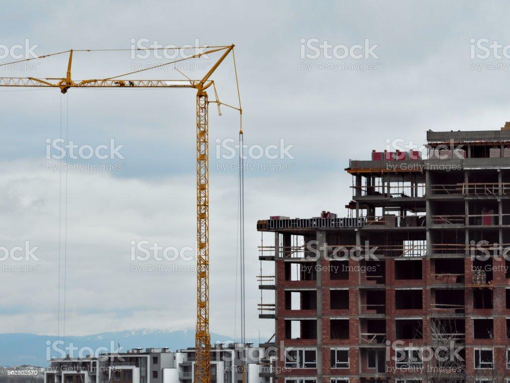 Edifício com grous - Foto de stock de Alto - Descrição Geral royalty-free