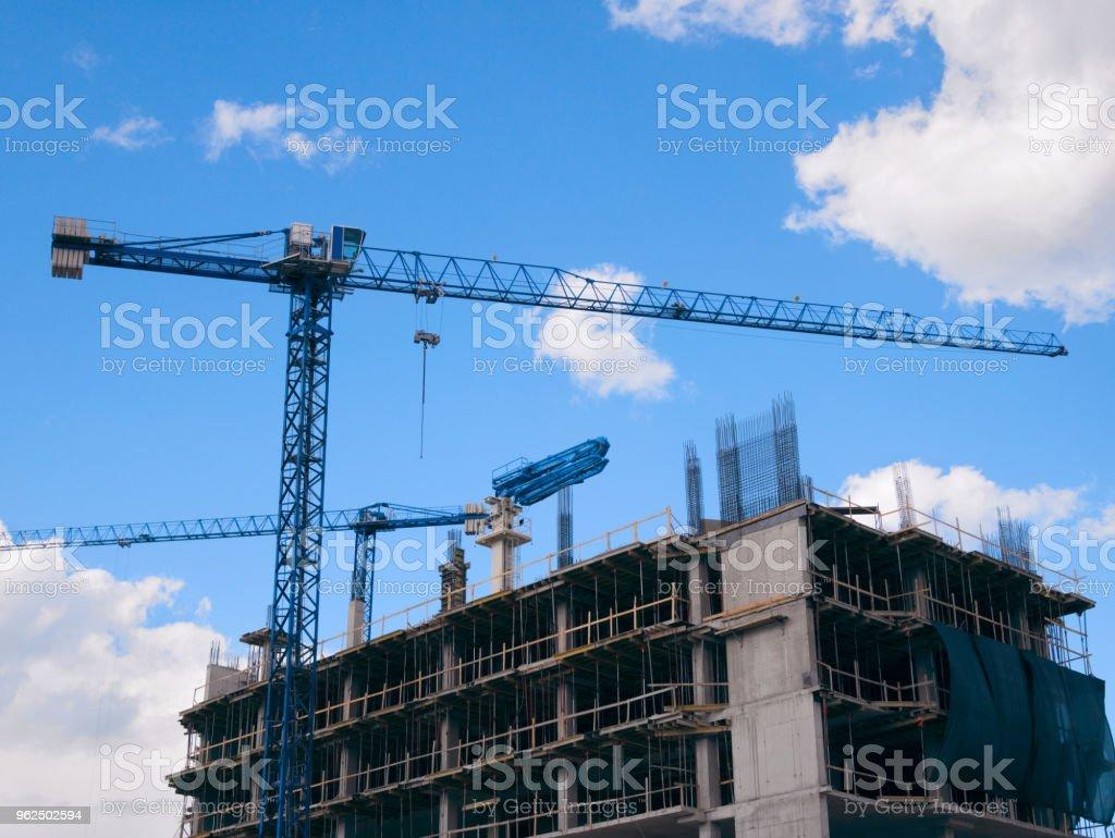Edifício com grous - Foto de stock de Armação de Construção royalty-free