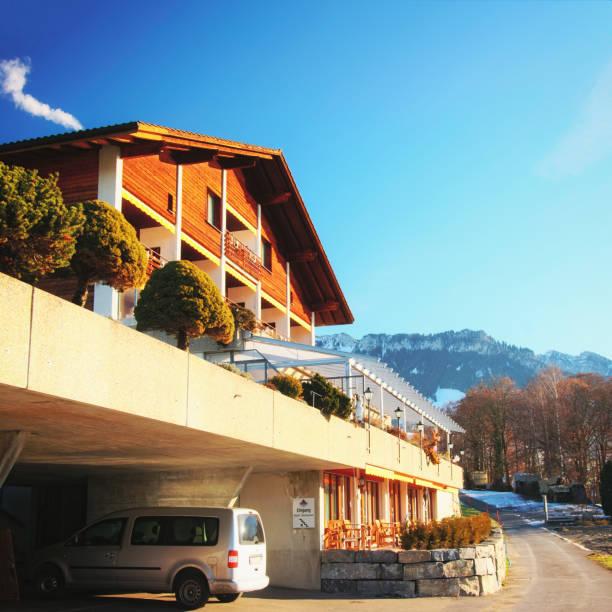 gebäude mit garage in schweizer alpen berge thun see - hotel bern stock-fotos und bilder