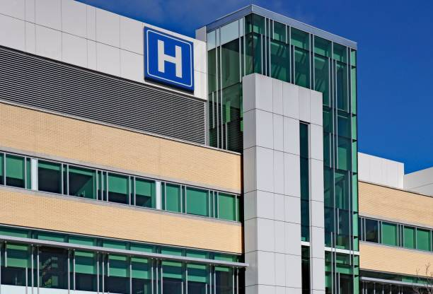 building with large H sign for hospital Modern style building with large H sign for hospital public building stock pictures, royalty-free photos & images