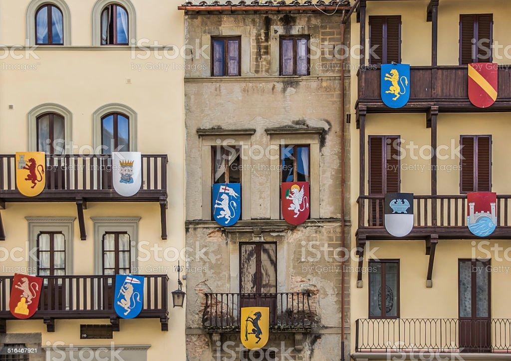 Edificio con schermi medievale presso la Piazza Grande ad Arezzo - foto stock