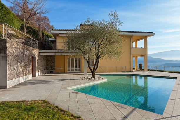 gebäude mit pool im freien - zement terrasse stock-fotos und bilder