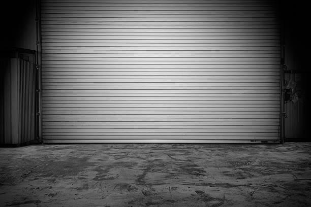edifício com patins porta do obturador - fundo oficina imagens e fotografias de stock