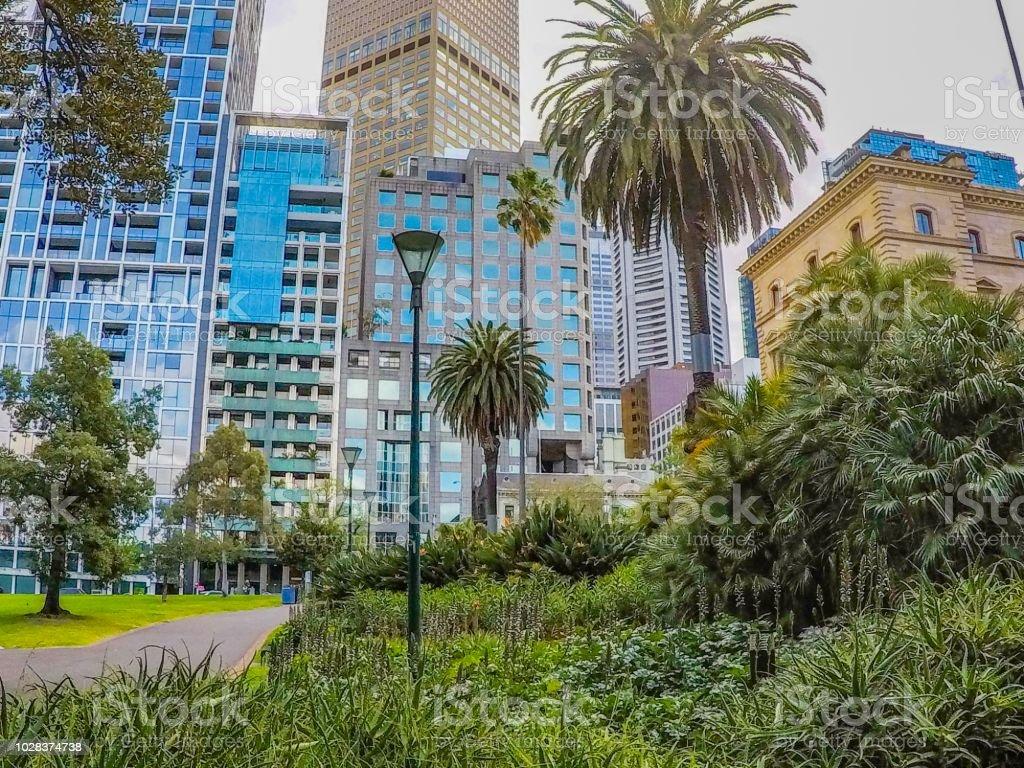 Edifícios e City park de Melbourne, na Austrália - foto de acervo