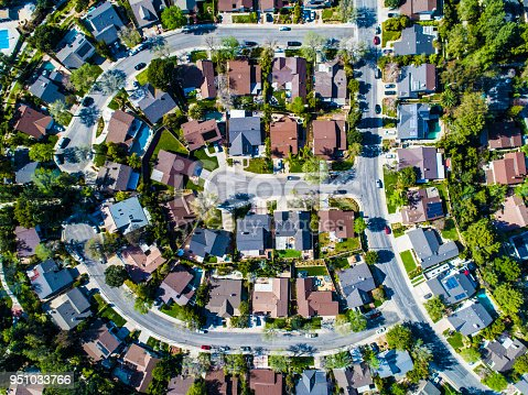 In the residential area of the United States, the buildings of the roof which are aligned are lined up along the road.