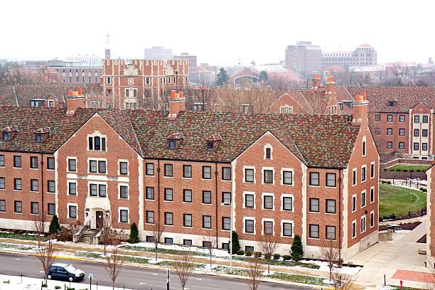 gebäude auf einem campus der universität im winter - purdue university stock-fotos und bilder
