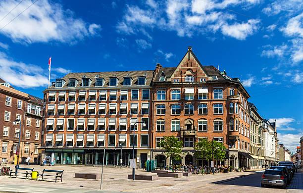 gebäude auf den rathausplatz von kopenhagen, dänemark - hotels in kopenhagen stock-fotos und bilder
