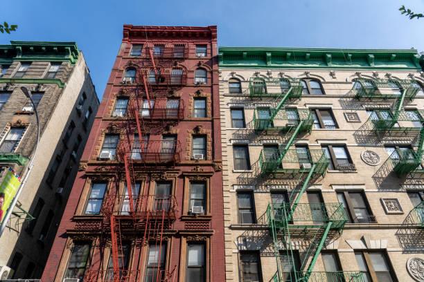 Edificios con escape de incendios en Manhattan, NYC - foto de stock
