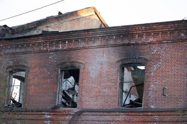 builing efter en brand - brand sotiga fönster bildbanksfoton och bilder