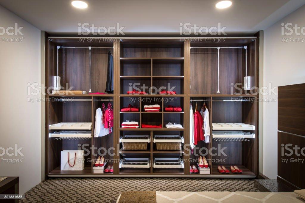 Gebaut in Schrank mit Garderobe im Wohngebäude – Foto