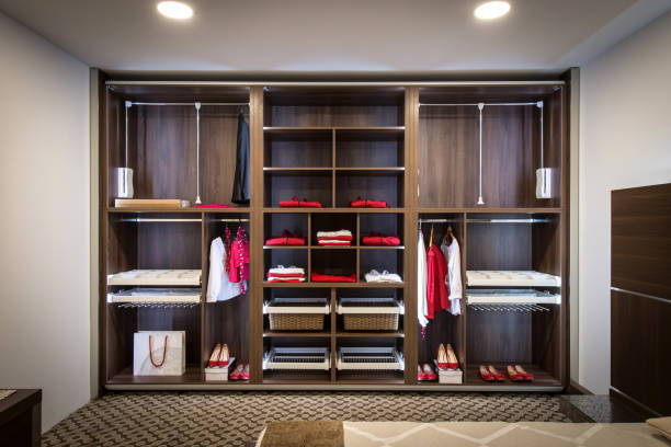 gebaut in schrank mit garderobe im wohngebäude - bügelsysteme stock-fotos und bilder