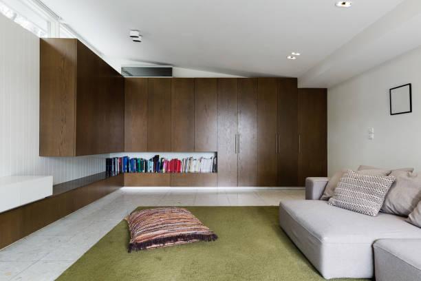gebaut in nussbaum furnier schränke im modernen wohnzimmer interieur - oliven wohnzimmer stock-fotos und bilder