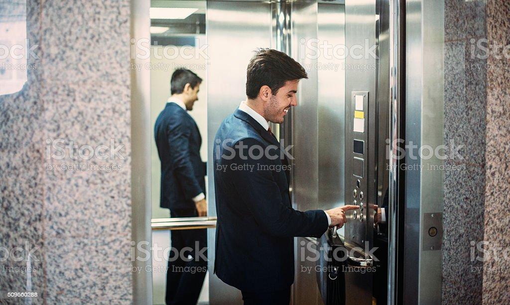 Buisnessman en el ascensor - foto de stock