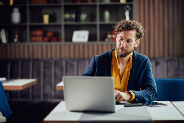 Buisnessman mit Laptop im Café – Foto