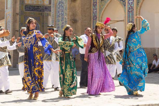 boechaarse muzikanten in lokale jurk dansen, in buchara, oezbekistan. - oezbekistan stockfoto's en -beelden