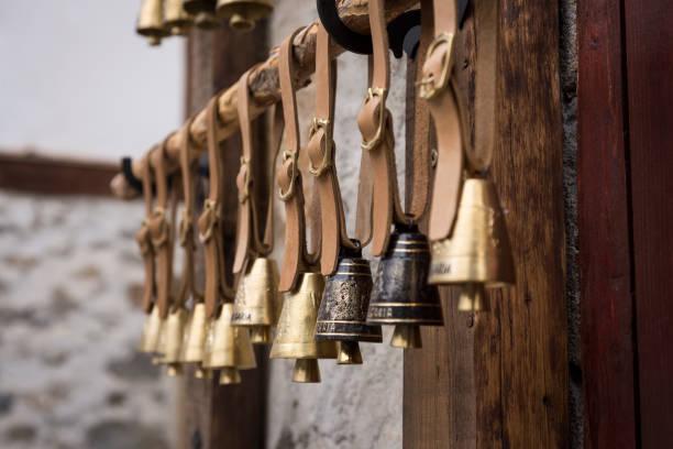 bulgarische kupferne glocken - wie alt werden kühe stock-fotos und bilder