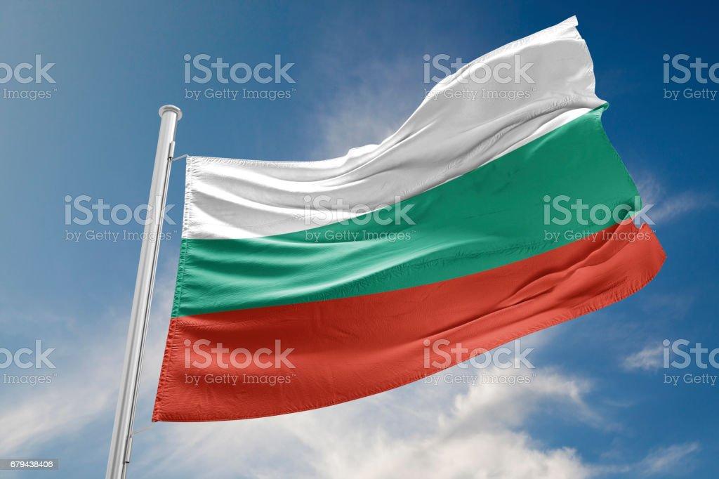 Drapeau bulgare est onduler contre le ciel bleu photo libre de droits