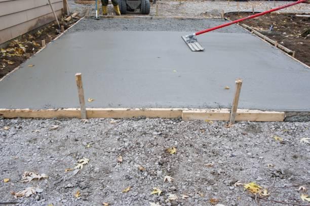 patsche und frisch gegossenem beton - zement terrasse stock-fotos und bilder
