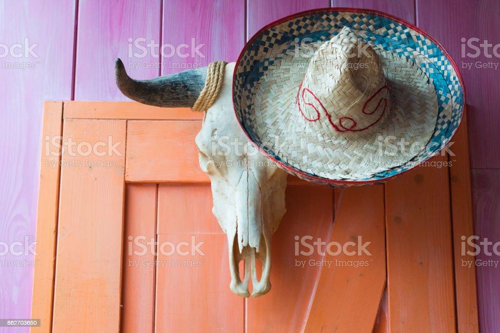 Fotografía de Cabeza Cráneo De Búfalo Toro Con Sombrero Mexicano ... 56feba40859
