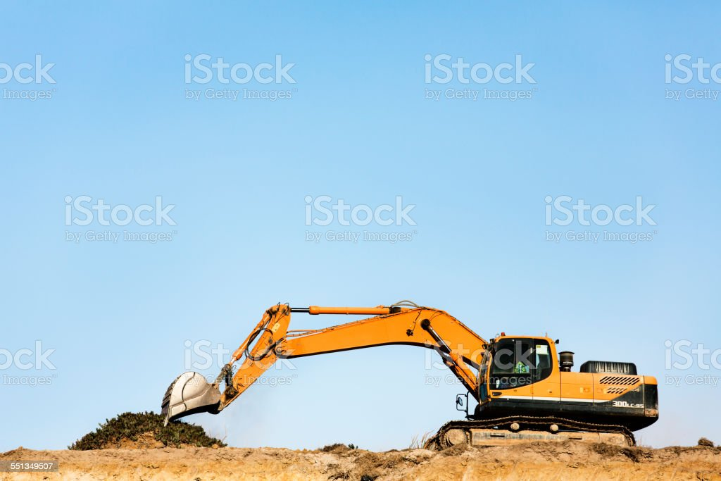 Bulldozer on quarry against clear blue sky – Foto