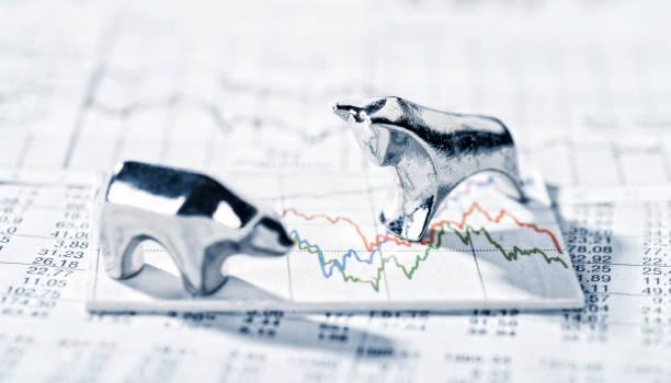 bulle und bär und börsenkurse - bullmarkt stockfoto's en -beelden