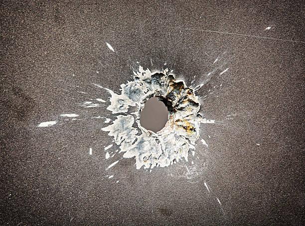 불릿 구멍을 메탈 플레이트 스톡 사진