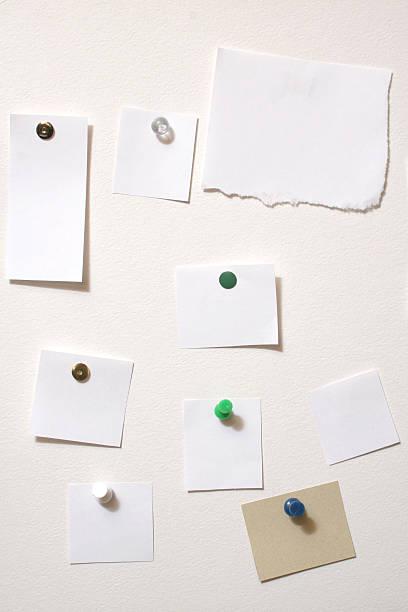 Schwarzes Brett mit leeren Notizen – Foto