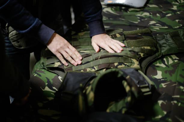 militärische kugelsichere weste - kevlar weste stock-fotos und bilder