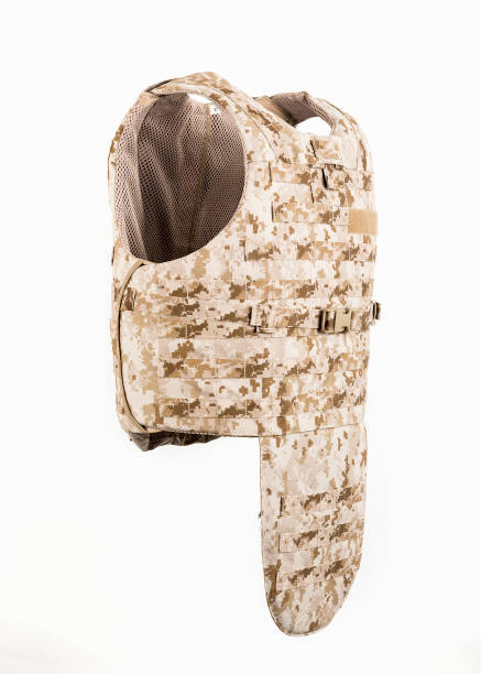 kugelsichere weste und taille gürtel körperpanzer abdeckt, camouflage - kevlar weste stock-fotos und bilder