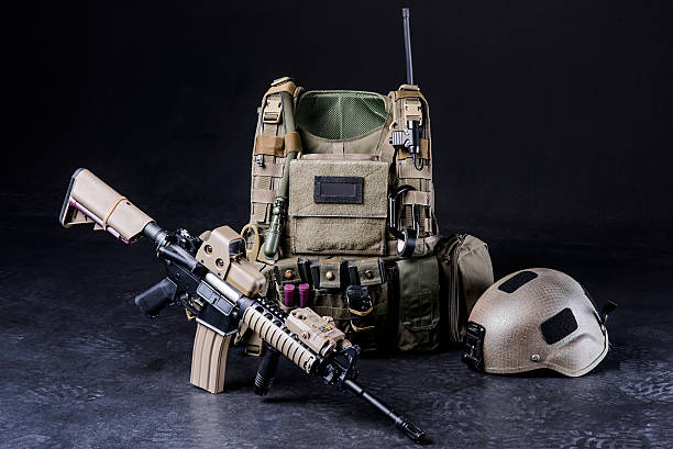 bulletproof vest,helmet and rifle - kevlar weste stock-fotos und bilder