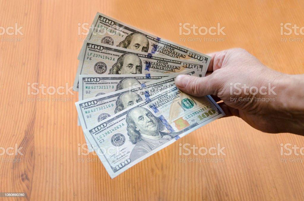 bumazhnyye den'gi sto dollarovyye kupyury - foto de acervo