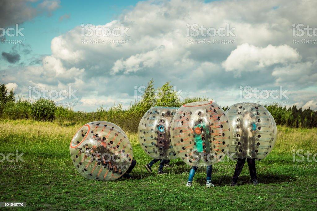 Bumperball. Adolescentes para-choques-jogar ao ar livre - foto de acervo
