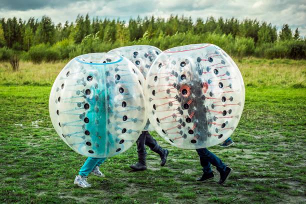 Bumperball. Teenager Stoßstange-Ball spielen im freien – Foto