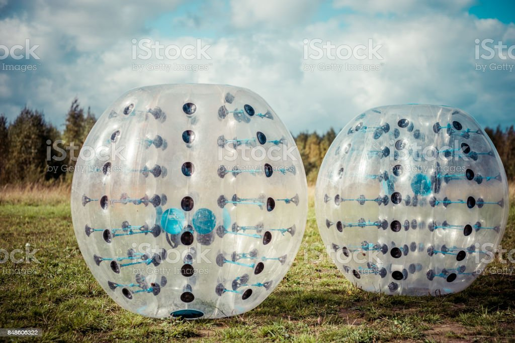 Stoßstange-Kugeln für Fußball spielen auf einem grünen Rasen, eine neue funsport – Foto
