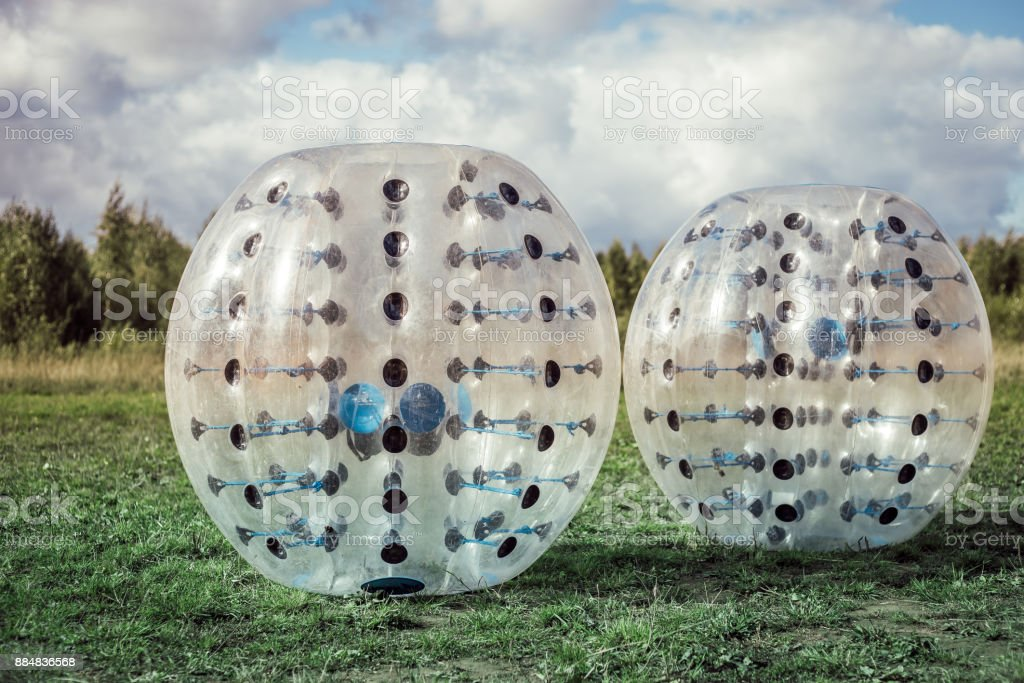 Para-choques-bolas de futebol jogando em um gramado verde, um novo funsport - foto de acervo