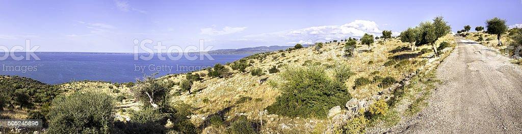 Route cahoteuse lac Varano dans les Pouilles campagne Gargano - Photo