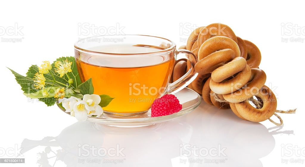 Bunch bagel, cup tea, raspberry, jasmine and linden flowers isolated . photo libre de droits