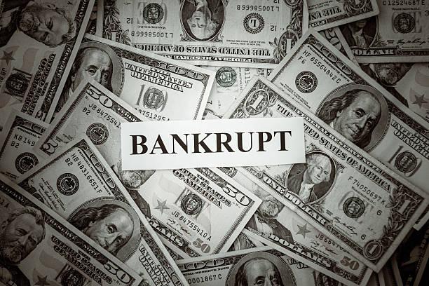 bündel von us-dollar mit bankrotten text - bundeshaushalt 2014 stock-fotos und bilder