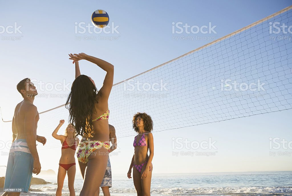 Tas de jolies amis, jouer au volley-ball de plage - Photo
