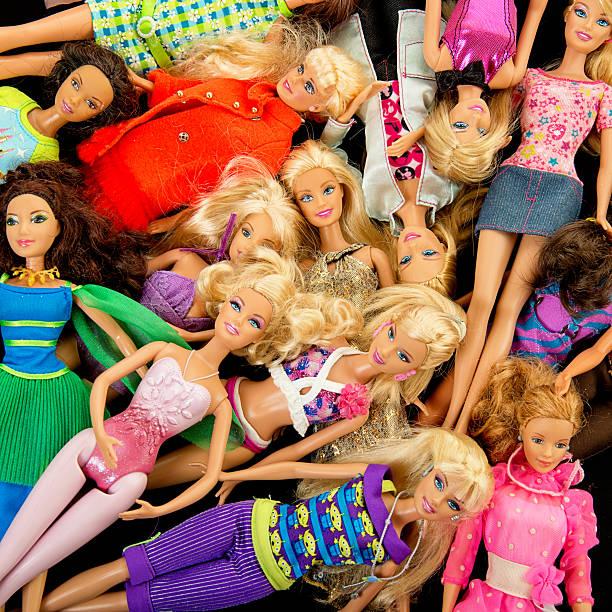 bündel von barbie fashon puppen - modepuppen stock-fotos und bilder
