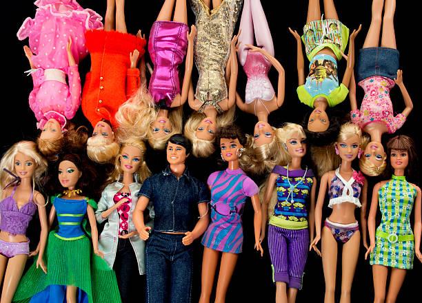 bündel von barbie fashon puppen mit ken - modepuppen stock-fotos und bilder
