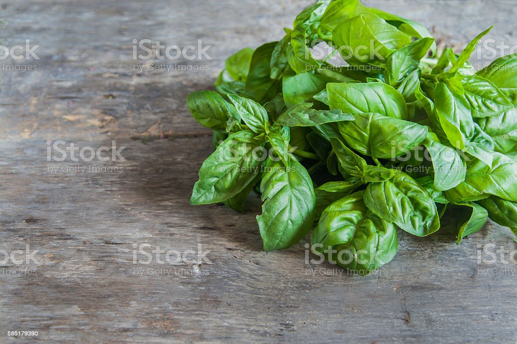 bunch of basil lie on a wooden table background​​​ foto