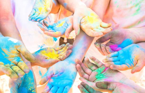 rosenstrauss bunte hände der gruppe der freunde, die spaß am beach-party am holi festival sommer urlaub - junge menschen, die zeit zusammen genießen - jugend freundschaft farbkonzept mit bunten pulver spiel - kinderfarben stock-fotos und bilder